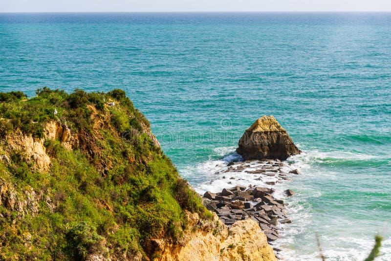 Горная порода на пляже в Portimao, Португалии Область Алгарве стоковое фото