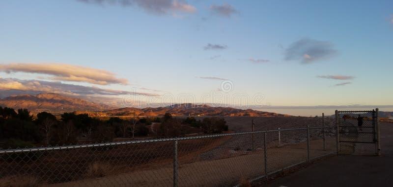 Горная тропа на заходе солнца стоковая фотография rf