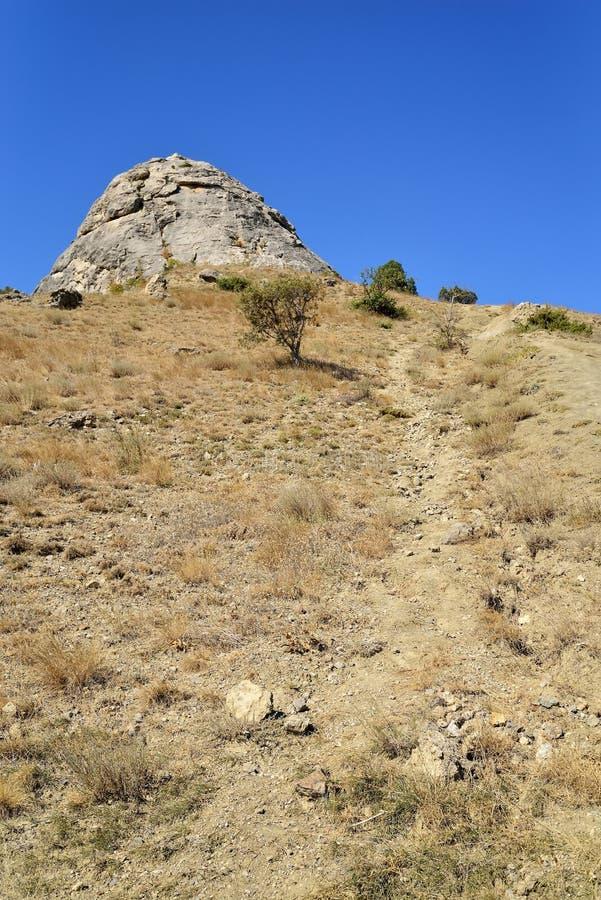 Горная тропа на скалистом наклоне стоковое изображение