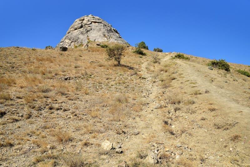 Горная тропа на скалистом наклоне стоковые фото