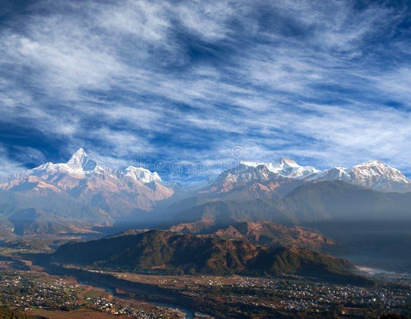 Горная цепь Гималаев от холма Sarangkot в Pokhara, Непале стоковая фотография rf