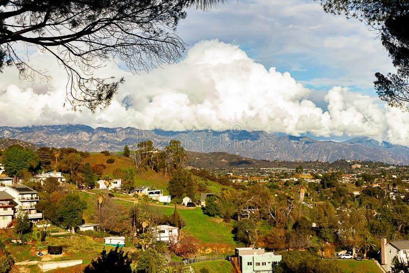 Горная цепь домов горного склона с огромными облаками nimbus кумулюса стоковые изображения rf