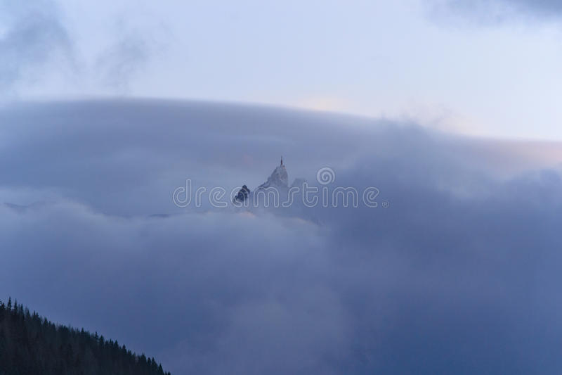 Горная цепь румян Aiguilles в облаках стоковые изображения