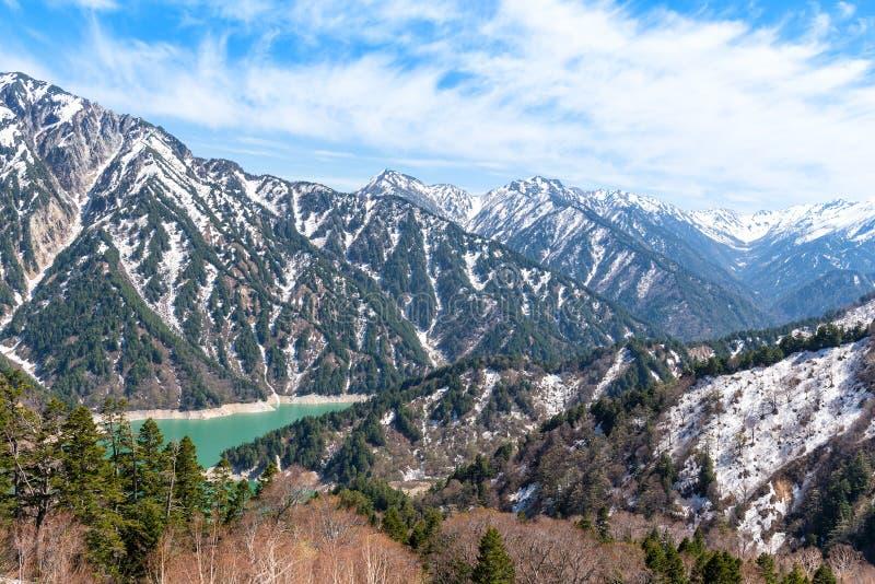 Горная цепь снега и озеро Kurobe на маршруте Tateyama Kurobe высокогорном стоковое изображение