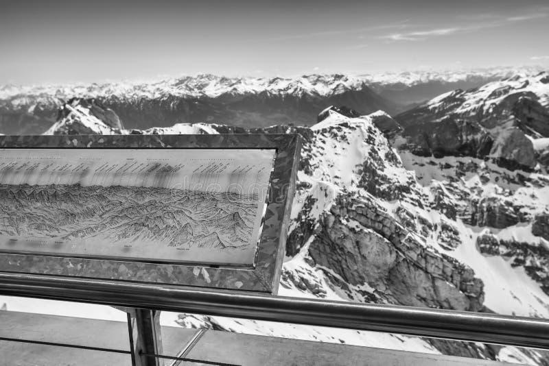 горная цепь Швейцария с тропой уступа черно-белой стоковое изображение