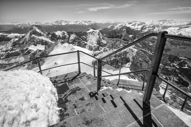 горная цепь Швейцария с тропой уступа черно-белой стоковая фотография rf