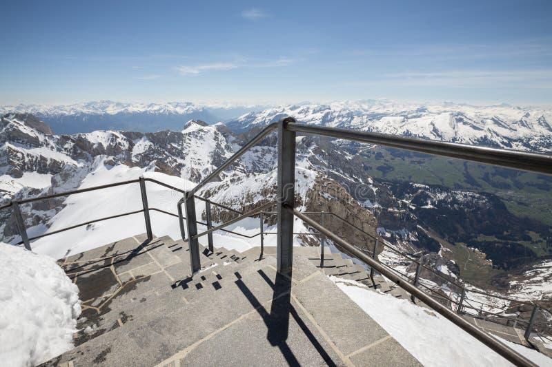 горная цепь Швейцария с тропой уступа стоковые фото