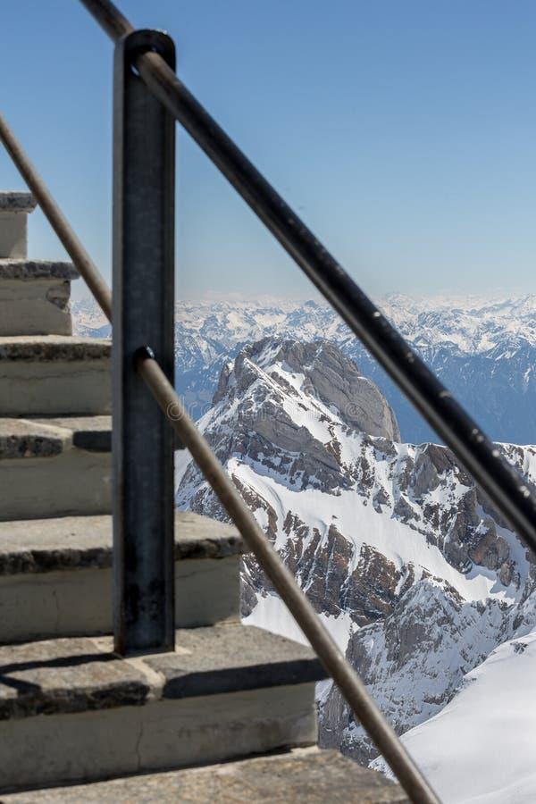 горная цепь Швейцария с тропой уступа стоковое изображение rf