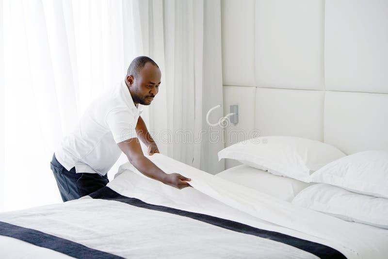Горничная делая кровать стоковая фотография rf