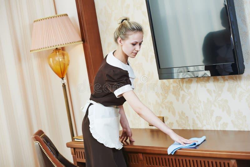 Горничная на обслуживании гостиницы стоковое изображение