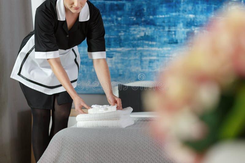Горничная с полотенцами стоковая фотография