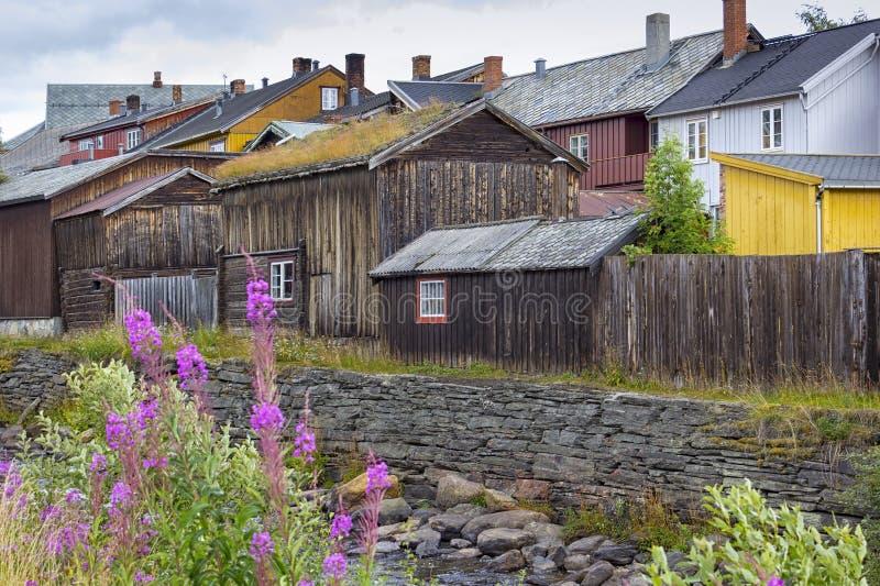 Горнодобывающий город Ророс, Норвегия, с множеством деревянных домов стоковая фотография rf