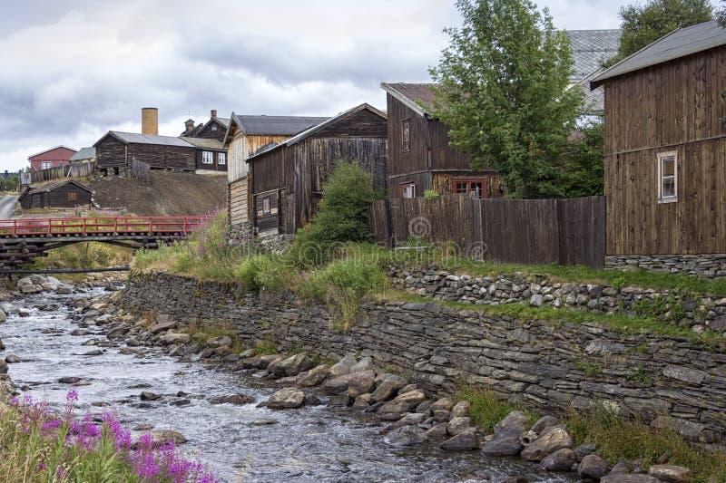 Горнодобывающий город Ророс, Норвегия, с множеством деревянных домов стоковое фото rf