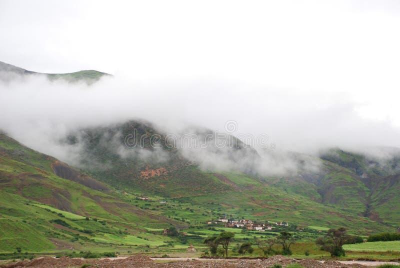 горное село тумана стоковое изображение