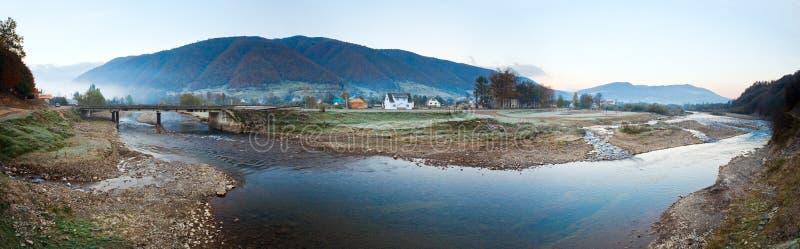 горное село утра осени туманное стоковое изображение rf