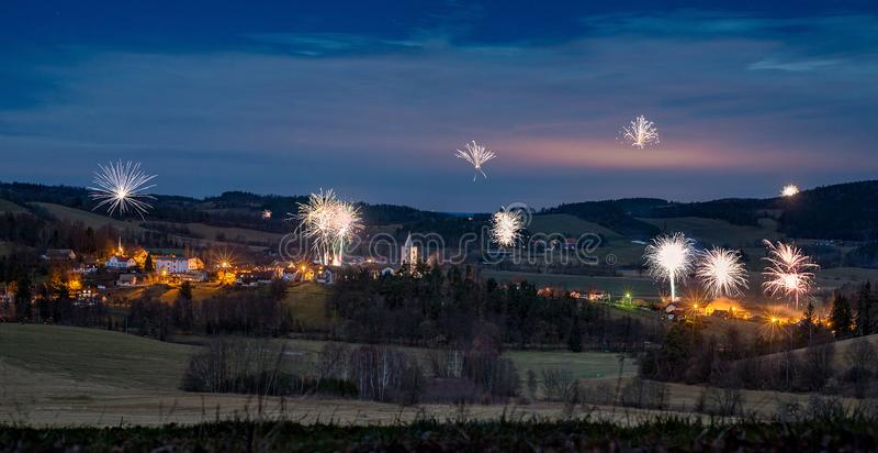 Горное село Petrovice, чехия на ноче стоковое фото