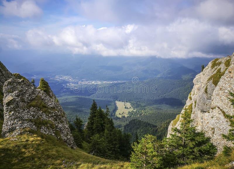Горнолыжный курорт Cheia в Румынии увиденной от гор Ciucas стоковое изображение