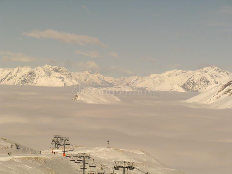 Горные вершины поднимая от облаков стоковое изображение rf
