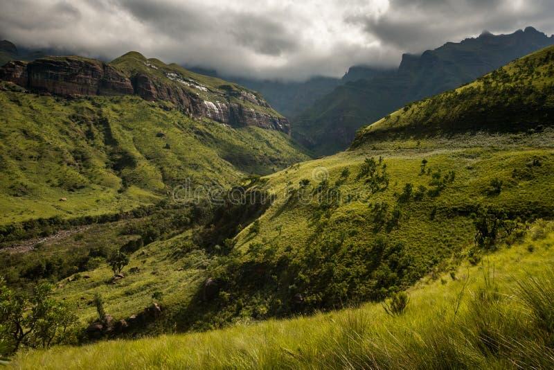 Горные виды на походе Thukela ко дну падений Tugela амфитеатра в королевском натальном национальном парке, Drakensberg стоковое фото rf