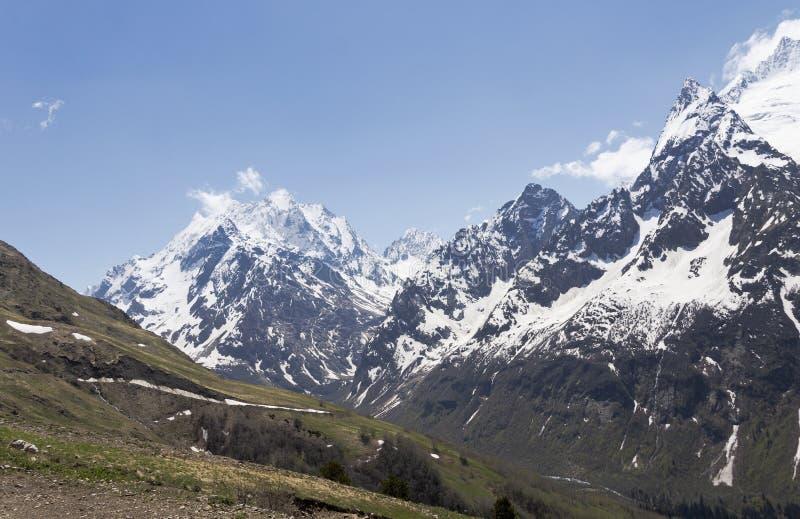 Горные пики и ледники Dombai 2008 зига утесистая Россия северного пика caucasus восхождения 3280 -го в апреле стоковая фотография rf