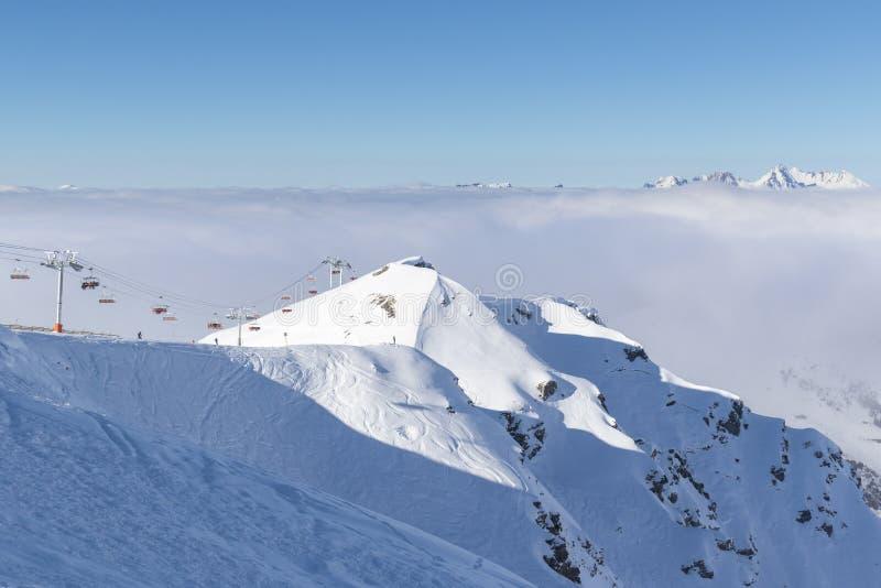 Горные пики предусматриванные в снеге над облаками в Ла Plagne, французской савойя Альп стоковое изображение rf
