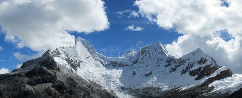 Горные пики снега Blanca Анд кордильер стоковая фотография rf