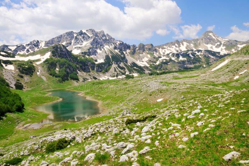 Горные пики с озером стоковые фото