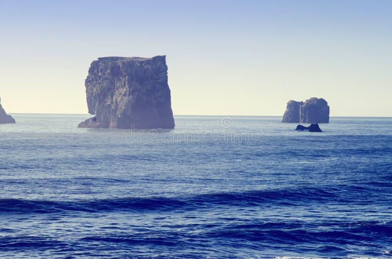 Горные породы базальта в Атлантическом океане на южном береге Исландии стоковая фотография