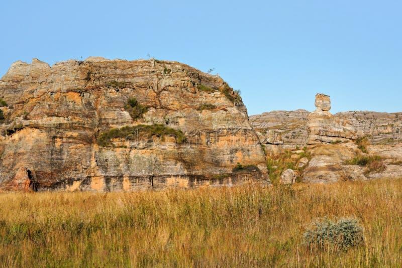 Горные породы в национальном парке Isalo, Ilakaka, Мадагаскаре Каменное законоположение известное как дама Ферзь Isalo на правиль стоковая фотография rf