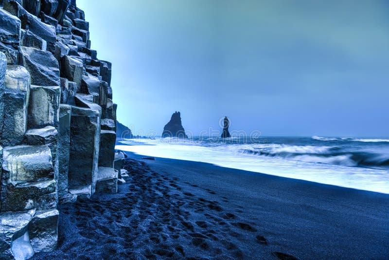 Горные породы Reynisdrangar на пляже Reynisfjara стоковая фотография