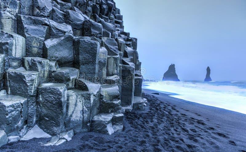 Горные породы Reynisdrangar на пляже Reynisfjara стоковые фото