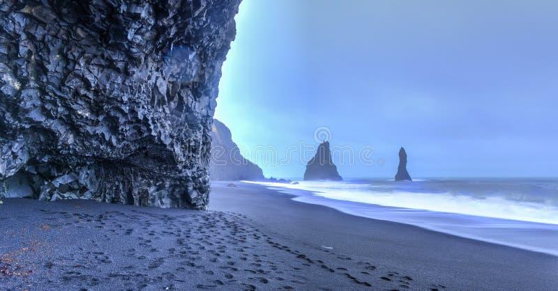 Горные породы Reynisdrangar на пляже Reynisfjara стоковое изображение