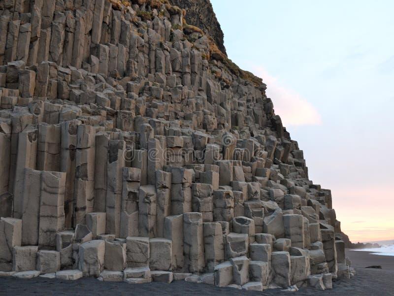 Горные породы Reynisdrangar на Reynisfjara приставают к берегу на восходе солнца, Halsanefhellir, Исландии стоковая фотография rf