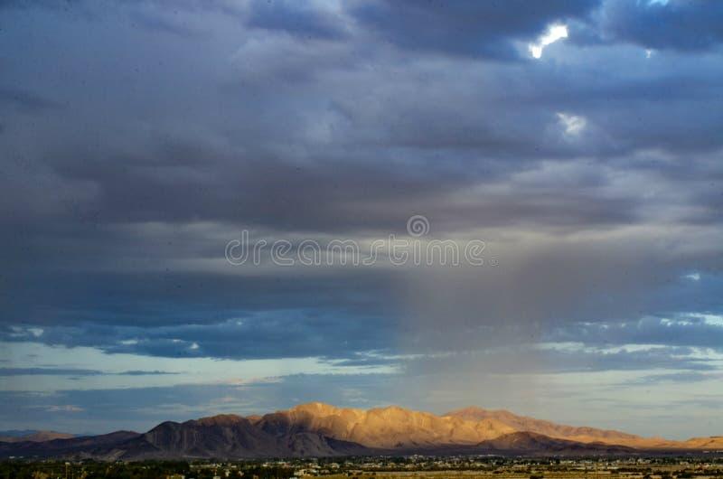 Горные цепи, городок долины под толстым банком дождевых облако идя дождь вниз стоковые изображения