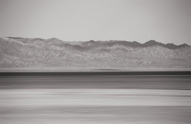 Горные цепи на море Солтона стоковое изображение