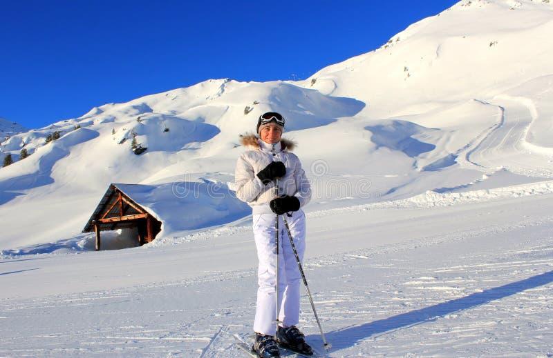 Горные лыжи девушки стоковое изображение rf