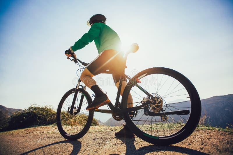 Горный велосипед езды человека на дороге стоковые изображения rf