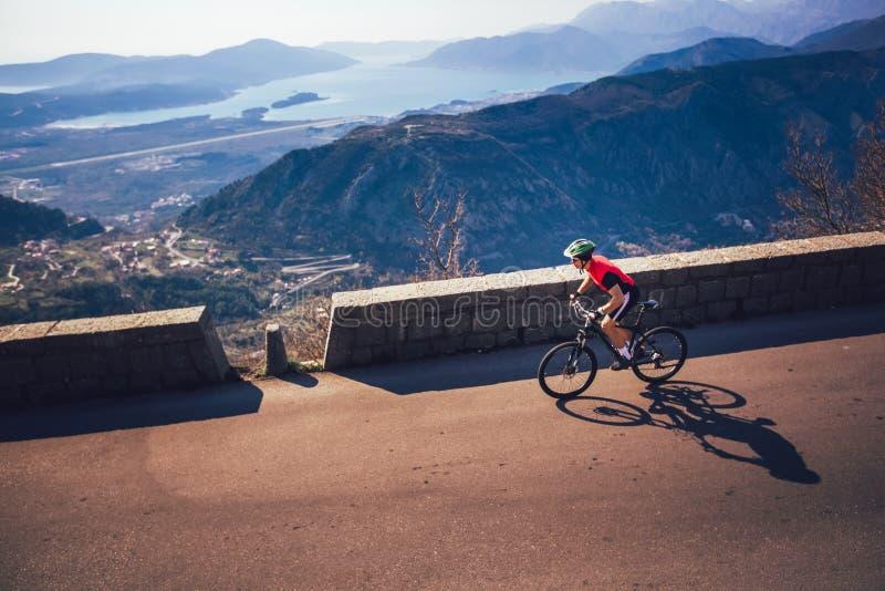 Горный велосипед езды человека на дороге стоковая фотография