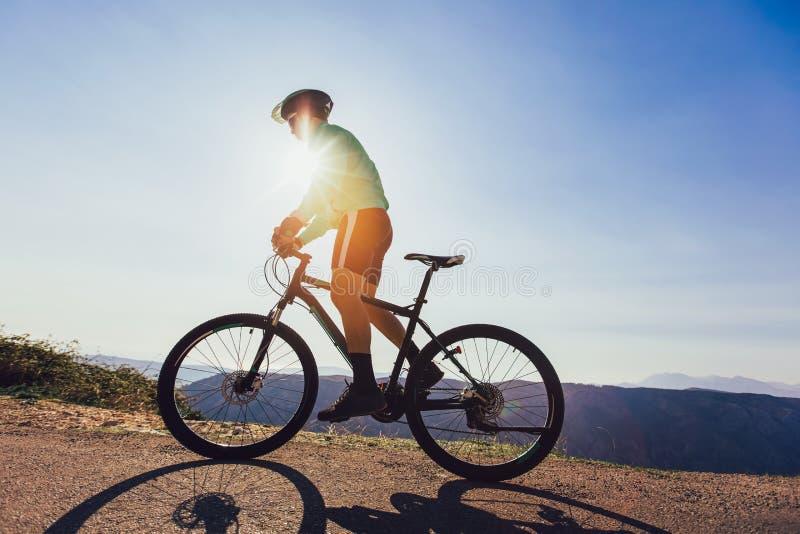 Горный велосипед езды человека на дороге стоковые фото