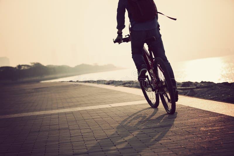 Горный велосипед катания регулярного пассажира пригородных поездов стоковое изображение rf