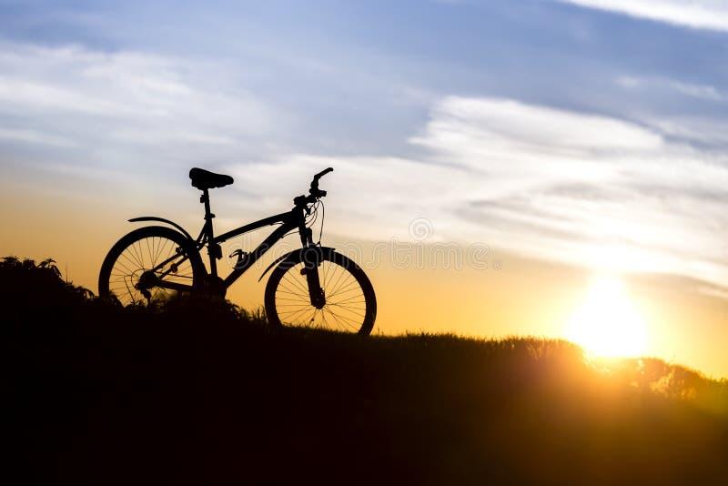 Горный велосипед на предпосылке захода солнца стоковое фото