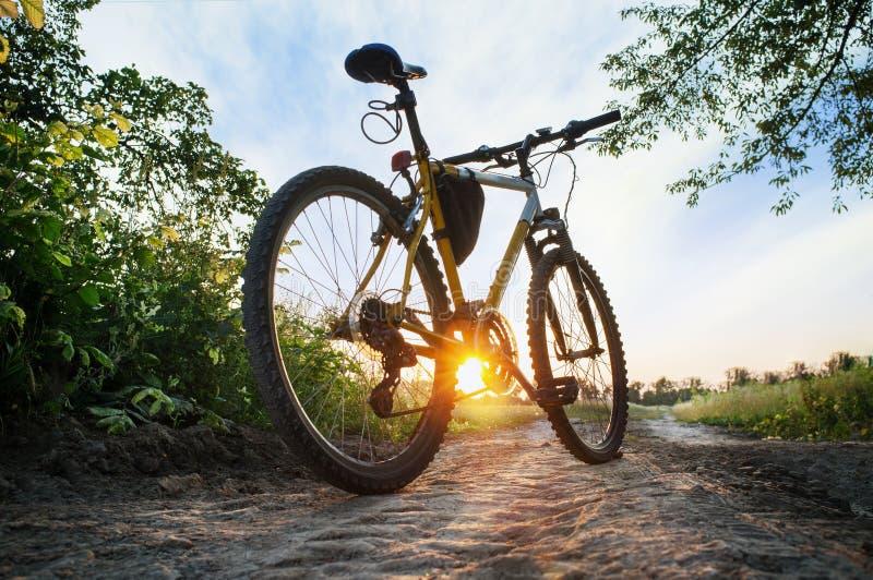 Горный велосипед на дороге countruside на заходе солнца стоковая фотография rf