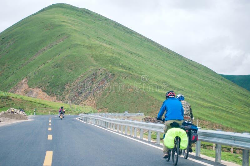 Горный велосипед людей задействуя стоковое фото