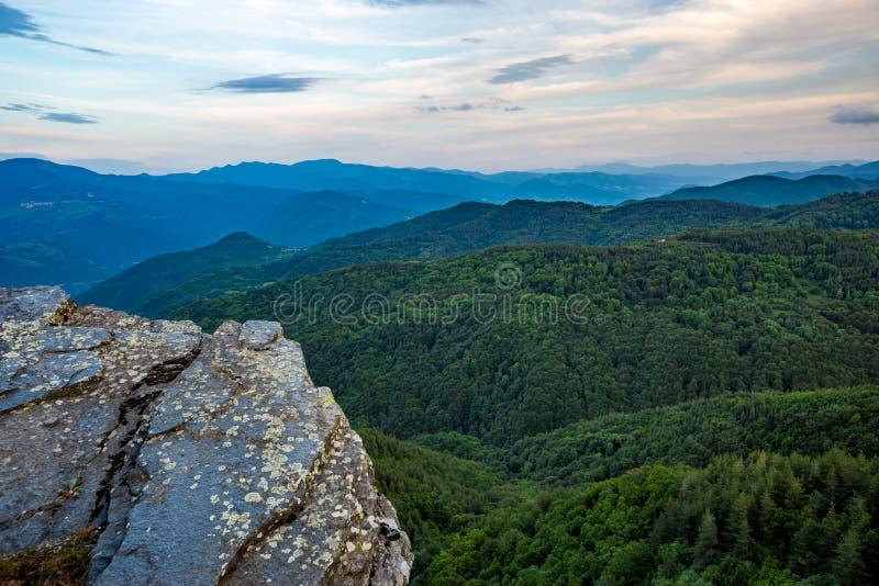 Горный вид весеннего времени зеленый, Болгария стоковое фото