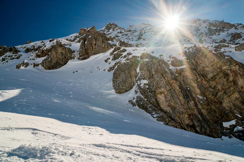 Горный вид во время зимы стоковое фото