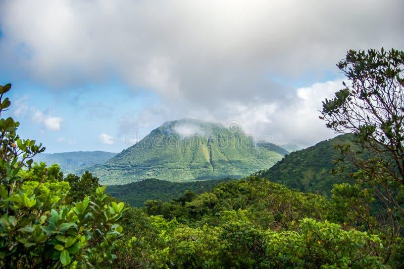 Горный вид озера остров Доминики кипя стоковые изображения