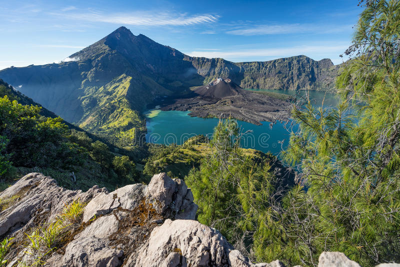 Горный вид вулкана Rinjani от кратера Senaru, остров Lombok, стоковое изображение