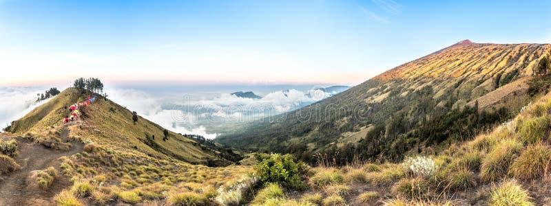 Горный вид панорамы над облаком и голубым небом Гора Rinjani, остров Lombok, Индонезия стоковое изображение rf