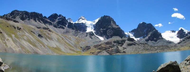Горный вид трека Condoriri красивый от озера в боливийце Андах стоковые изображения rf