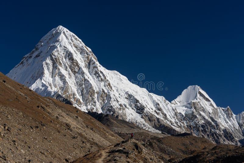 Горный пик в зоне Эвереста, Непал Pumori стоковое изображение